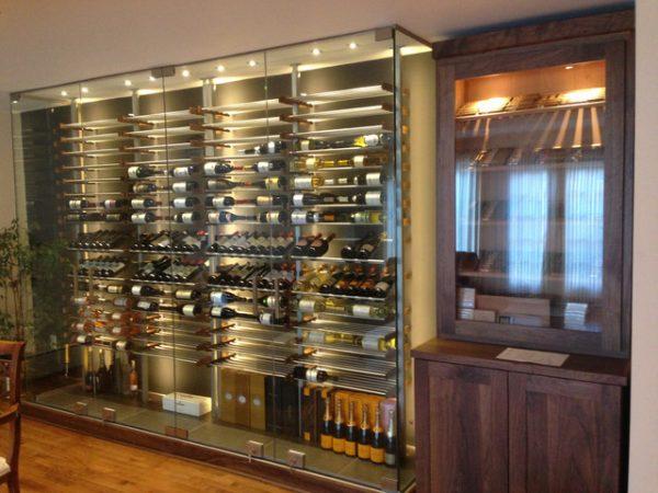 Tại sao nên chọn mẫu tủ rượu kính cho không gian nội thất hiện đại