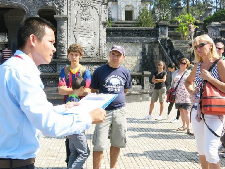 Có bằng cao đẳng tiếng Trung hay đại học tiếng Trung thì cơ hội trở thành một hướng dẫn viên du lịch